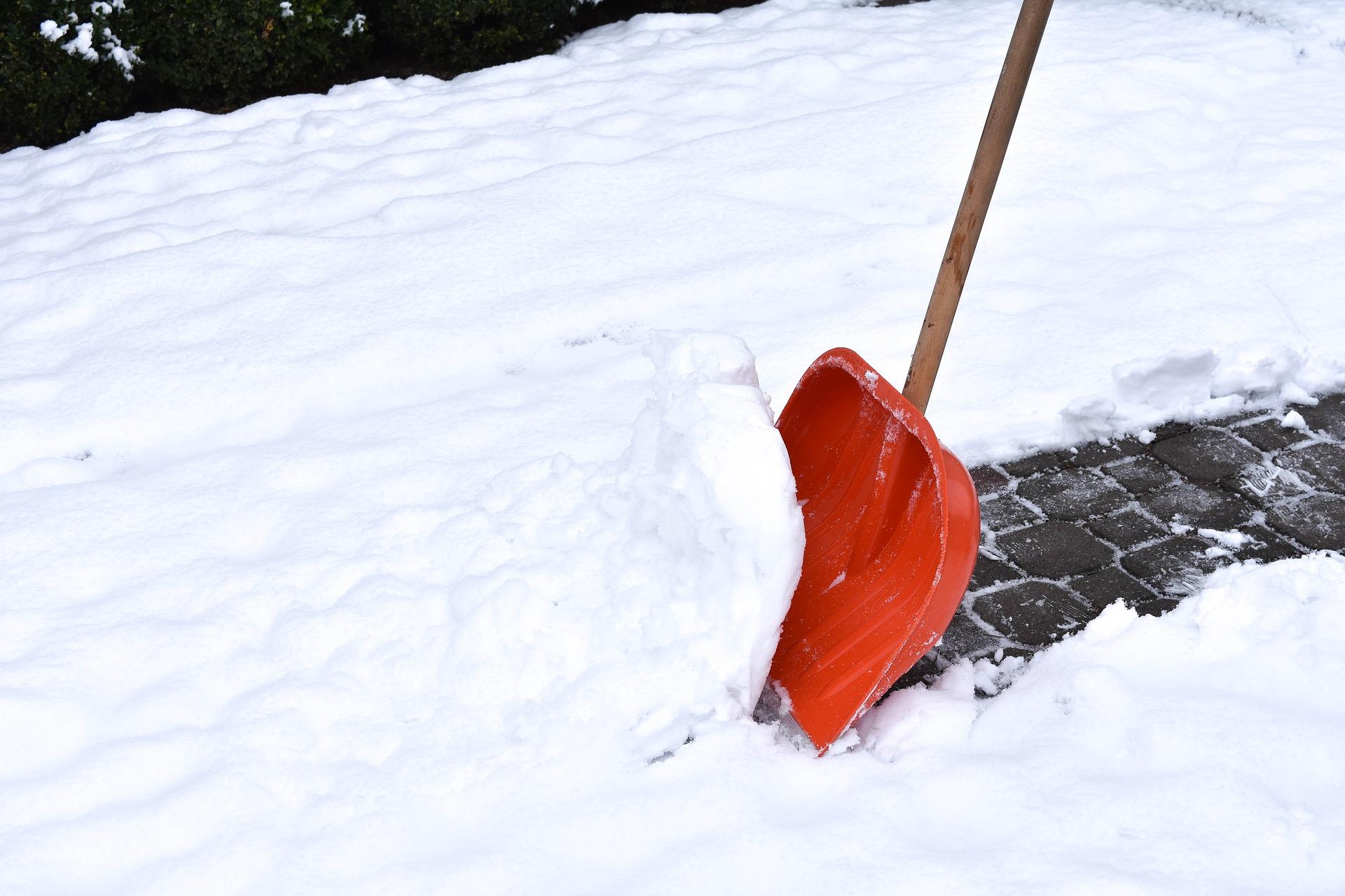 Заявка на уборку снега и грязи с дорог во дворе