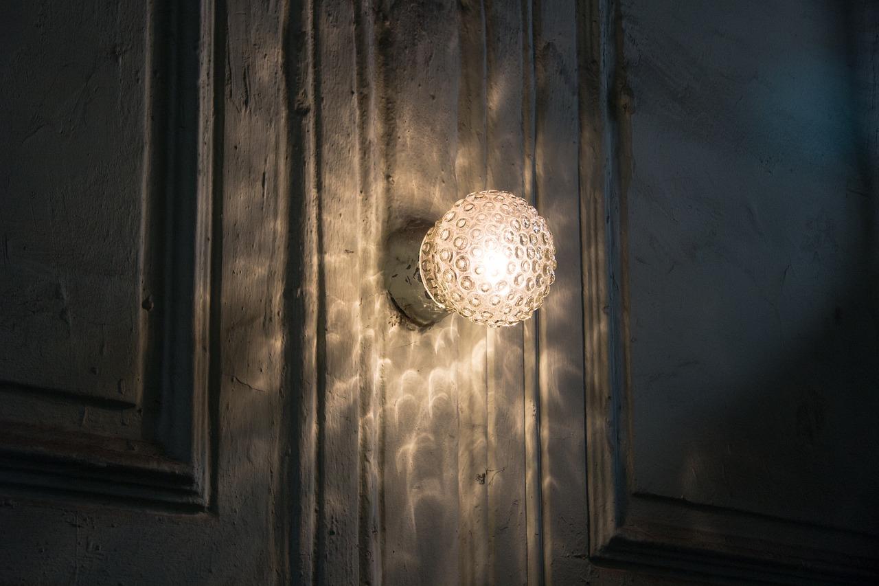 Неисправность светильника в подъезде дома